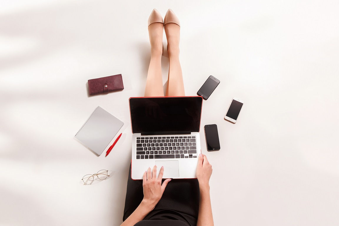 fashion blogger writing on laptop computer FCEDLMW - Pourquoi avez-vous besoin de bonnes fiches produit pour votre boutique en ligne ?